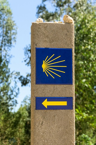 巡礼路を示すホタテ貝と矢のマーク